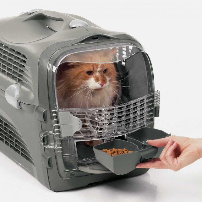 La puerta multifuncional incluye tazones deslizables para alimentar a tu gato sin abrir la puerta