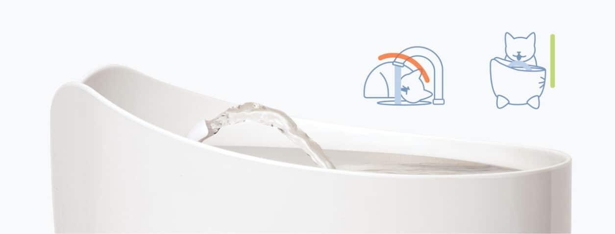 La fuente incluye una boquilla que crea un chorro de agua